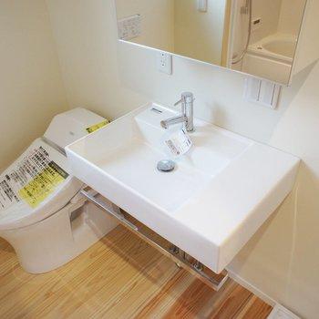 スタイリッシュな洗面台とタンクレストイレ。