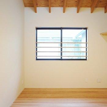 二階は窓が小さくパーソナルな空間。