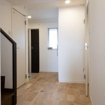 廊下にでてみます。ここも無垢床!