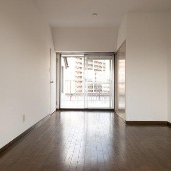 上の階の洋室。ダークブラウンのフローリングで落ち着いた雰囲気◎