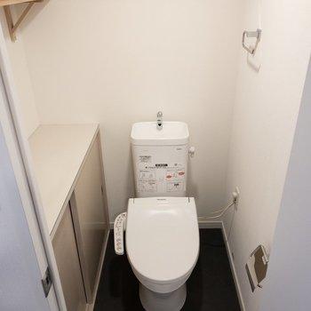トイレにはウォシュレット。ここもたっぷり収納付いてます〜