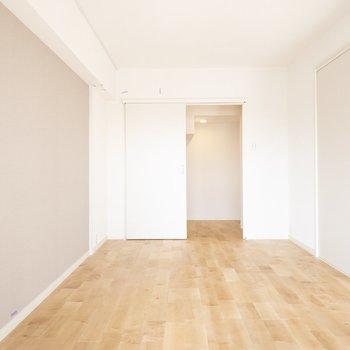 こちらは8帖の居室。奥にはすてきな空間が…