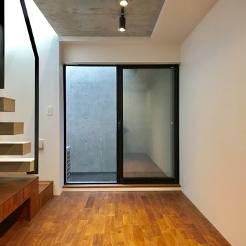 地下1階は、より落ち着いた雰囲気※写真は1階の同間取り別部屋のものです