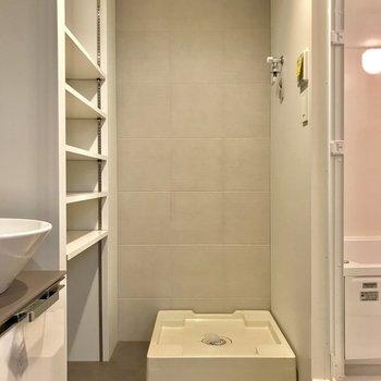 サニタリーの棚は、可動式なのでサイズ毎に沢山収納できます※写真は1階の同間取り別部屋のものです