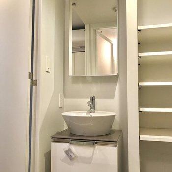 隣の棚に歯ブラシやコンタクトを置いておくと、忙しい朝に便利※写真は1階の同間取り別部屋のものです