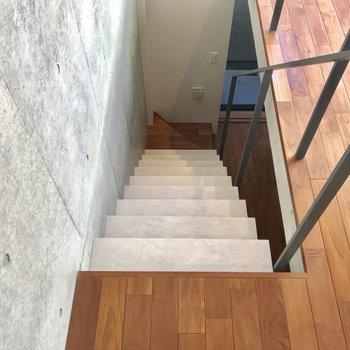 しっかりとした階段を降りて地下1階へ※写真は1階の同間取り別部屋のものです