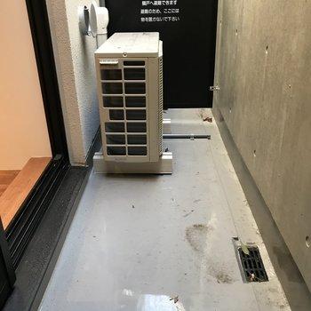 こちらで洗濯物を干す場合、ハンガーラックを用意してください※写真は1階の同間取り別部屋のものです