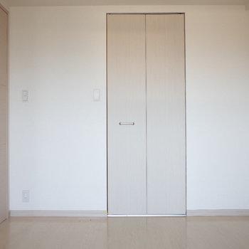 ちっちゃいクローゼット※写真は7階の同間取り別部屋のものです
