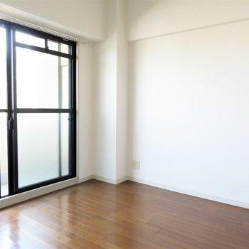 リビング横のお部屋も明るいですね