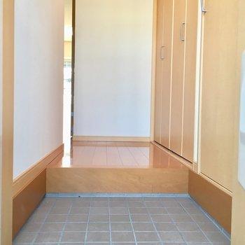 玄関からお部屋の中は見えませんよ。