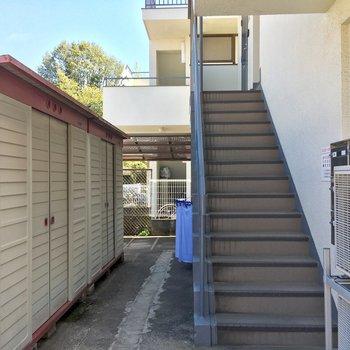 エントランスはなく、いきなり階段です。