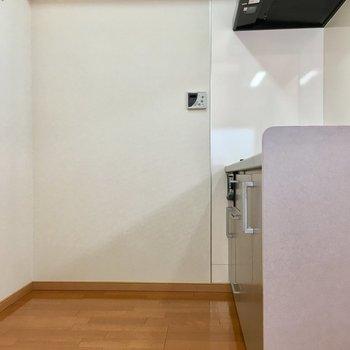 キッチン後ろは、冷蔵庫の隣に食器棚も置けますよ。