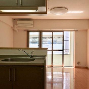 お部屋に入って、カウンターキッチン越しの風景。