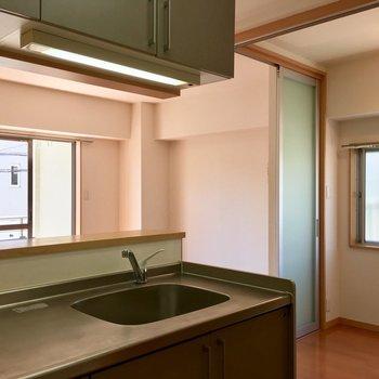 キッチンから2部屋が見渡せます。