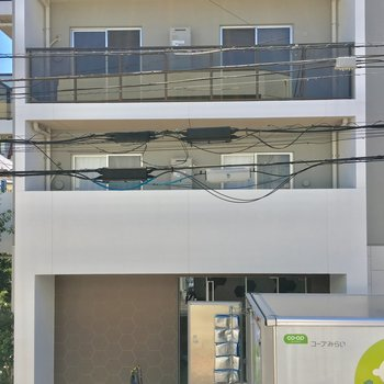 目の前は小さめのマンション。緑も見えますよ。