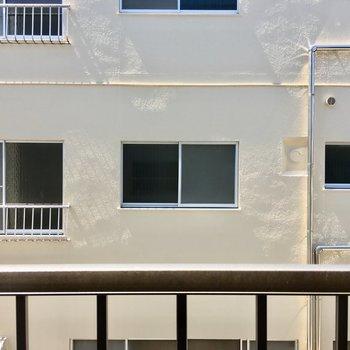 東向きの小窓の向こうもアパートですが、ちょっと距離があります。