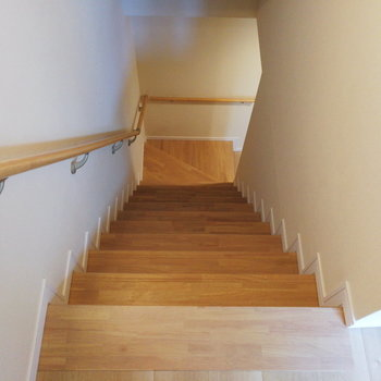 さて地下へご案内〜※写真は1階の反転間取り別部屋のものです