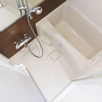【地下】お風呂にもブラウンのアクセント。※写真は1階の反転間取り別部屋のものです