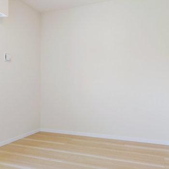 こちらには本棚などがあると良いかも※写真は2階の反転間取り別部屋のものです