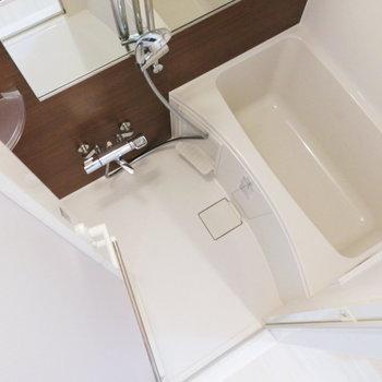 お風呂にもブラウンのアクセント。※写真は2階の反転間取り別部屋のものです