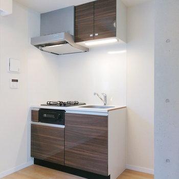 【LDK】キッチンも落ち着いた色合い。※写真は2階の反転間取り別部屋のものです