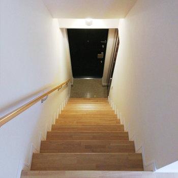 玄関は階段下に。※写真は2階の反転間取り別部屋のものです