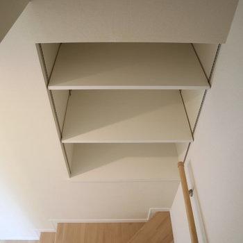 【3F】階段の途中にはちょっとした棚が。