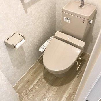 トイレは奥行きバッチリ。この個室感が落ち着くんです。 (※写真は補修前のものです)