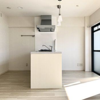 半島型対面式キッチンが主役。 (※写真は補修前のものです)