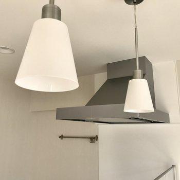 スポットライトを照らせばキッチンもステージに早変わり。 (※写真は補修前のものです)