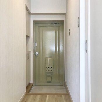 玄関は少しレトロ。モスグリーンが可愛いの。 (※写真は補修前のものです)