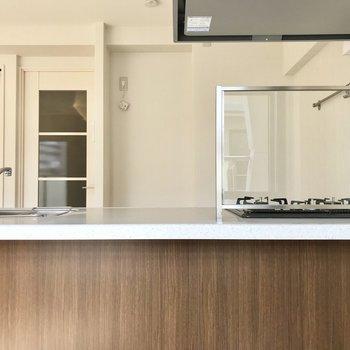 透明の油ハネガードだからどこからでもキッチンが見えるんです。 (※写真は補修前のものです)