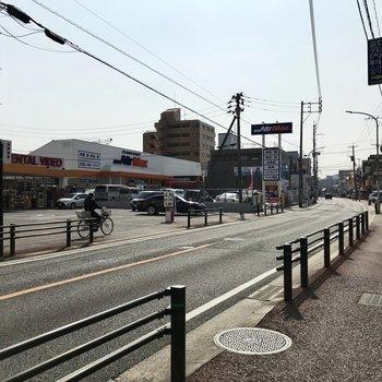 マンションの前は交通量が多い道路。スーパーや飲食店があるんです。