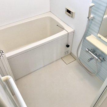 お風呂はもちろん追焚付き!窓もあるので換気扇と併用しよう。 (※写真は補修前のものです)