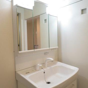 3面鏡の洗面台です