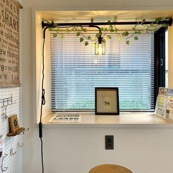 窓辺で作業って、なんか雰囲気あっていいんだよな。照明も素敵。デスク下にはUSBポートもあってスマホを充電しながらついつい長居しちゃいそう。