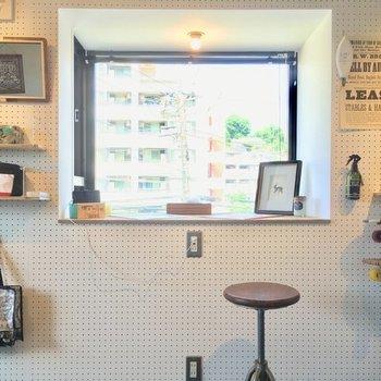 奥行きのある出窓のお部屋になります。今回は有孔ボードは付きませんが、作業ができるデスクのような仕上がりになります。 *写真は反転・別部屋の異なる仕様となります。