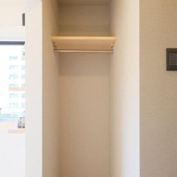 コンパクトですが収納スペースは有孔ボードの裏側に。*写真は反転・別部屋です