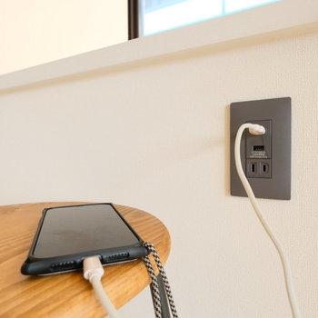 USBコンセントもデスクの下についているんです!