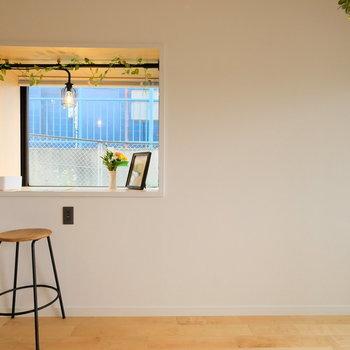 自分だけのデスクは窓からいっぱいの光を受けて※写真は前回募集時のものです