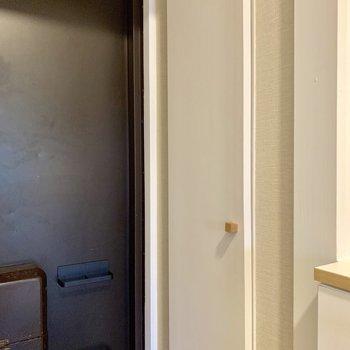 木製の取っ手が可愛い玄関収納