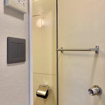 水回りの扉には、タオル掛けもついてます。