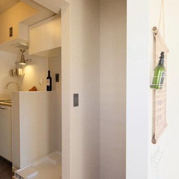 冷蔵庫スペースはお部屋側から見ないのが◎*写真は反転・別部屋です