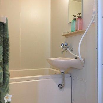 お風呂は二点ユニット。外にバスマットは置いておきたいですね。※写真はモデルルームです