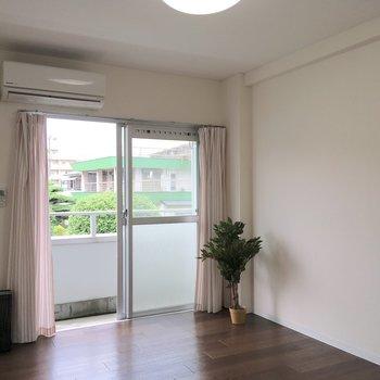 こちらの部屋からも緑が。緑屋根の家が景色にマッチしてますね〜。※写真はモデルルームです