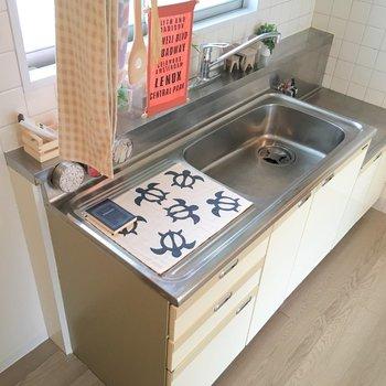 キッチン左側に冷蔵庫を置けます。※写真はモデルルームです