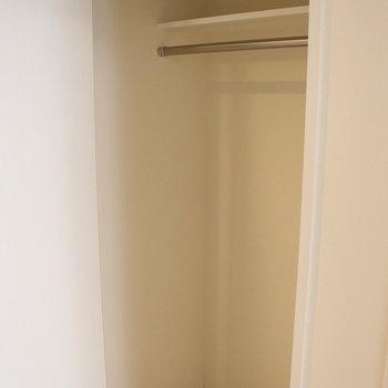 トイレ向かいにクローゼット ※写真は1階の同間取り別部屋のものです。