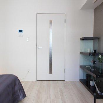 ベッドが入るとやはりコンパクト※家具は展示物です ※写真は1階の同間取り別部屋のものです。