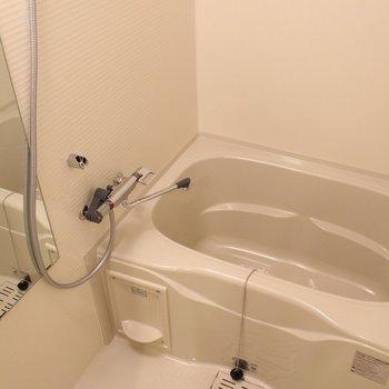 鏡が嬉しいゆったりめのお風呂 ※写真は1階の同間取り別部屋のものです。