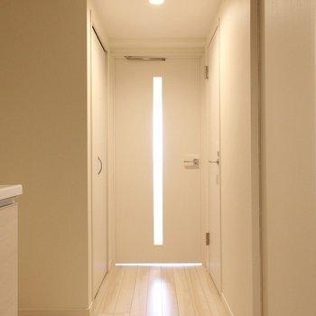 玄関から見た景色 ※写真は1階の同間取り別部屋のものです。